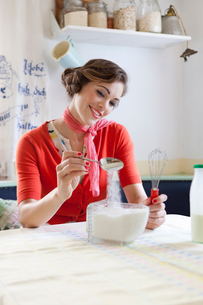 Woman baking in kitchenの写真素材 [FYI03494854]