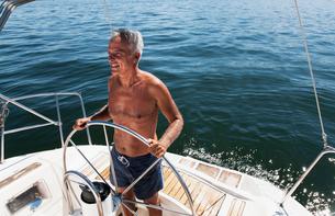 Older man sailing on lakeの写真素材 [FYI03494928]