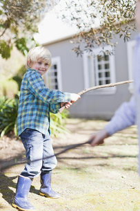 Children playing with sticks outdoorsの写真素材 [FYI03495137]