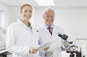 Scientists talking in pathology labの写真素材 [FYI03495165]