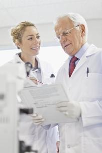 Scientists talking in pathology labの写真素材 [FYI03495166]