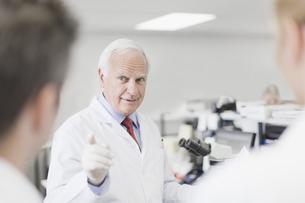 Scientist teaching in pathology labの写真素材 [FYI03495176]