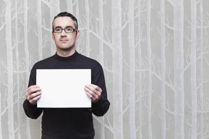 Businessman holding blank cardの写真素材 [FYI03495241]