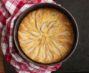Pear and orange polenta cakeの写真素材 [FYI03495501]
