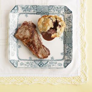 Plate of steak with mushroom puddingの写真素材 [FYI03495527]