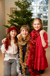 Children playing with Christmas tinselの写真素材 [FYI03495710]