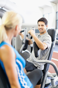 Couple working out together in gymの写真素材 [FYI03495965]