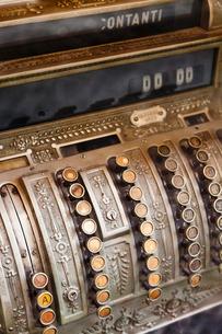 Close up of antique cash registerの写真素材 [FYI03496017]