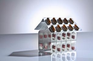 Blister packs of pills in shape of houseの写真素材 [FYI03496064]