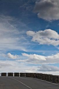 Cliff road against blue skyの写真素材 [FYI03496079]