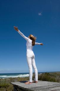 Woman standing on wooden pierの写真素材 [FYI03496086]