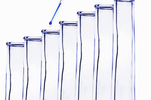 Pipette dripping water into test tubeの写真素材 [FYI03496151]