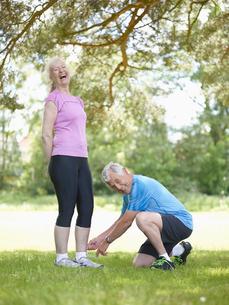 Older man tying wifes shoelacesの写真素材 [FYI03496238]