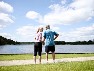 Older couple holding hands outdoorsの写真素材 [FYI03496248]