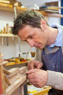 Carpenter working in shopの写真素材 [FYI03496294]