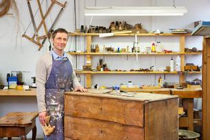Carpenter working on wooden drawersの写真素材 [FYI03496299]