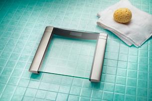Modern weighing scale on bathroom floorの写真素材 [FYI03496641]