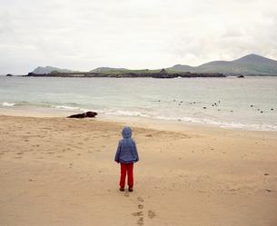 Girl standing on empty beachの写真素材 [FYI03496644]