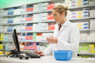 Pharmacist researching medicationの写真素材 [FYI03496743]