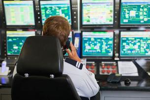 Man working in security control roomの写真素材 [FYI03496987]