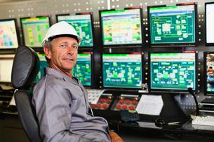 Man working in security control roomの写真素材 [FYI03496990]
