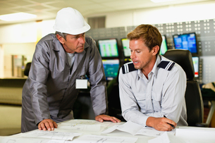 Men working in security control roomの写真素材 [FYI03496996]