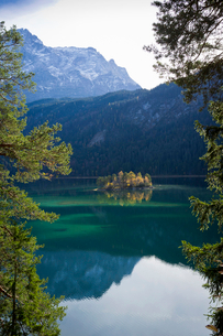 Mountains reflected in still lakeの写真素材 [FYI03497009]