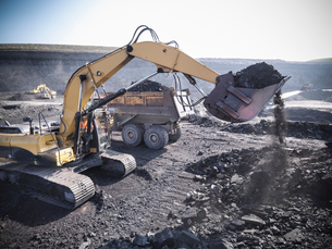 Digger scooping coal at mineの写真素材 [FYI03497146]