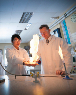 Chemistry teacher and students in labの写真素材 [FYI03497162]