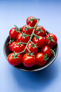 Close up of bowl of cherry tomatoesの写真素材 [FYI03497238]