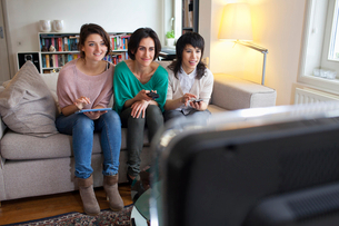 Women watching television togetherの写真素材 [FYI03497528]