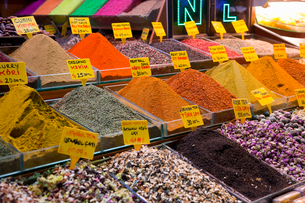Ground spices for sale at spice bazaar, Istanbul, Turkeyの写真素材 [FYI03497578]