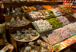 Traditional turkish Sweets and tea sets at the grand bazaar, Istanbul, Turkeyの写真素材 [FYI03497604]