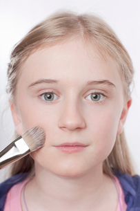 Close up of girl applying makeupの写真素材 [FYI03497610]