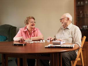 Older couple playing dominoes togetherの写真素材 [FYI03497631]