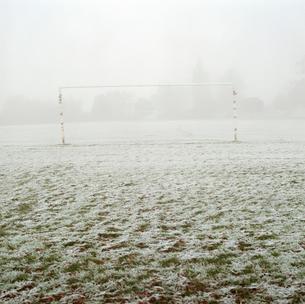 Soccer goal in frosty fieldの写真素材 [FYI03497675]