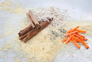 Ingredients for vegan muffin -  Cinnamon, quinoa flour, carrots, oatsの写真素材 [FYI03497710]