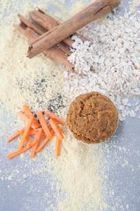 Ingredients for vegan muffin -  Cinnamon, quinoa flour, carrots, oatsの写真素材 [FYI03497711]