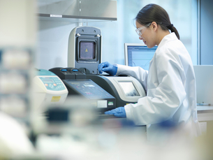Scientist using computer in labの写真素材 [FYI03497785]