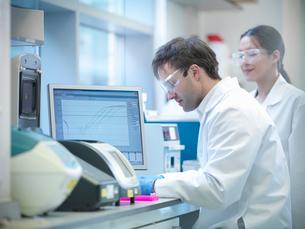 Scientist using computer in labの写真素材 [FYI03497788]