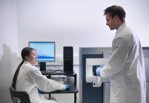 Scientist using computer in labの写真素材 [FYI03497793]