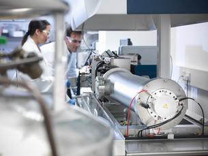 Scientist using equipment in labの写真素材 [FYI03497794]