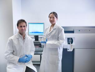 Scientist using computer in labの写真素材 [FYI03497795]