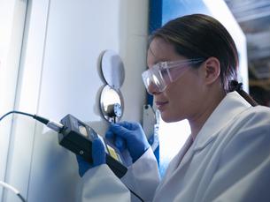 Scientist gauging window in labの写真素材 [FYI03497807]