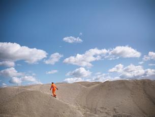 Worker climbing sand dunes in quarryの写真素材 [FYI03497893]