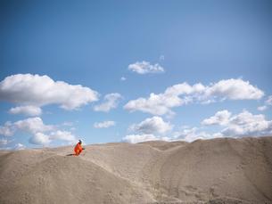 Worker climbing sand dunes in quarryの写真素材 [FYI03497894]