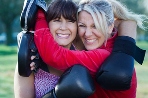 Boxer hugging coach outdoorsの写真素材 [FYI03497978]
