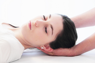 Woman having scalp massage in spaの写真素材 [FYI03498137]