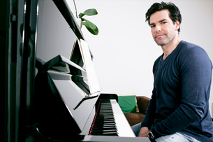 Man sitting at pianoの写真素材 [FYI03498249]