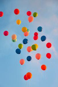 Bunch of balloons floating in skyの写真素材 [FYI03498415]